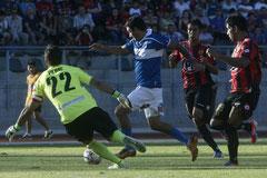 Carlos Bueno a punto de marcar su gol. Foto: www.cruzados.cl