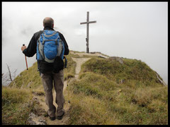 Etappenziel Nummer eins: Das Gipfelkreuz des Großen Illing.