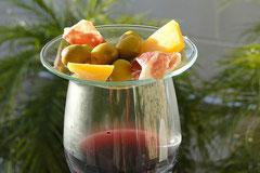 Ein Glas mit Rotwein und Tapas, Foto: Birgitta Kuhlmey