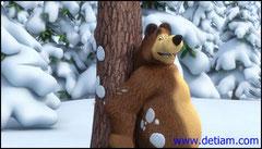 Медведь спрятался за деревом.