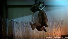 Медведь решил немного пошалить, он встал на кровати и начал прыгать