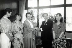 大阪・和泉市市長を表敬訪問。右から野村、和泉市市長、ディタ、アンジェラ、スロヴァキア出身で和泉市在住だったエヴァ