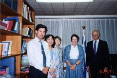 イスラエル大使館で。右から当時のナフム・エシュコル駐日大使、ディタ、アンジェラ、野村、ラディアン一等書記官