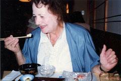 上手に箸を使って食事をするディタ