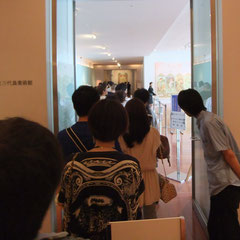 入場を待つミュシャ展の列!