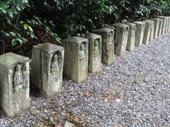 国上寺から五合庵までは、かわいい石仏が案内してくれます