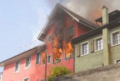 Die Flammen schlagen durch die Fenster