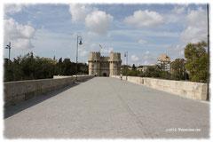 Llamado puente de Serranos por encontrarse en este lugar la puerta del Valencia por la que entraban los viajeros procedentes del interior de la comarca de Los Serranos.