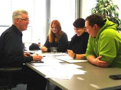 Gemeinsam mit Planungsarchitekt Anton Paintmayer (v.l.n.r.) und Bauherrenfachberaterin Carolin Lambert legten Xenia Görg und Matthias Schwarz alle Details rund um ihr künftiges Zuhause fest.