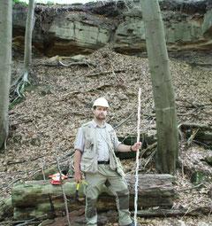 G. Barth bei der Profilaufnahme in einem auflässigen Rhätsandsteinbruch zwischen Mariental und Grasleben (Niedersachsen).