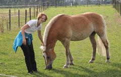 Merle mit ihrer Futtergeberin Anke