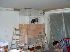Die Strahlungsflächen aus Schamotte werden fertiggestellt.