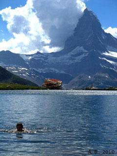 Ich beim Schwimmen in einem Bergsee. Im Bildhintergrund das Matterhorn.