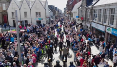 Spektakel bei der traditionellen Parade am Tag vor dem Start in Fort Williams. Image: Vimeo.com