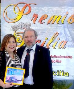 Elisa Martorana riceve il Premio Sicilia 2014, in foto con il Gran Maestro dei Cavalieri Templari Federiciani di Sicilia Corrado Armeri. Giardini Naxos 14-06-2014.