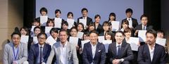 「日本の暮らしを、世界で一番、かしこく素敵に。」をミッションに掲げるリノベるには、多くの従業員、パートナーが集まる。(写真は2017年卒の内定式の模様)