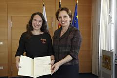 Inge Bell und Christine Haderthauer bei der Verleihung des Bundesverdienstkreuzes