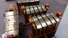 この5枚鍵盤の楽器は、なんとグンデル・ワヤンのスレンドロ音階のジェゴガン(ブダ氏の発案による) 見たことねぇ…!