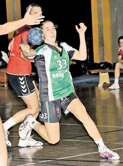 Hinter ihrem Einsatz steht ein Fragezeichen: Chiara Dittrich (am Ball) könnte dem TuS Altwarmbüchen am Wochenende in Zweidorf fehlen. Kinsey
