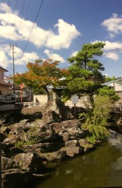 市街地の中の「沖の石」