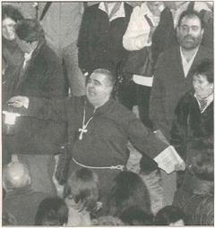 FRAY FORTÚN COMO GUÍA. Pedro Echávarri, que encarnó al maestro de ceremonias Fray Fortún, guía al público que presenciaba la representación. (Foto: Diego Echeverría)