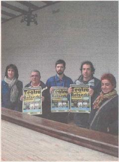 La concejal de Cultura, Silvia García, junto a los miembros de Kilkarrak Pedro Echávarri, Javier Hernández, Ángel Hervás y Luci Echávarri. (Foto: R.A.)