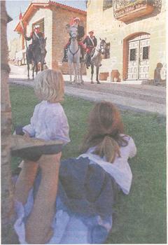 Parte de guerra. Un jinete carlista, encarnado por Fernando Ripa, se encarga de leer a los lugareños el último parte de guerra que habla sobre la batalla de Abárzuza (Foto: Montxo A.G.)