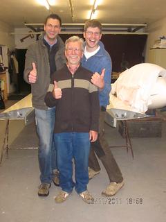 Reinhold Münch (v.) und Jan Brandes (r.) mit Fluglehrer Karsten Hofmann