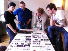 (V.l.n.r.) Karin Schnelli (graphisches Konzept und Gestaltung), Christoph Soltmannowski und die beiden DivertiMentos Jonny Fischer und Manuel Burkart bei der Arbeit