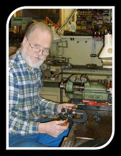 限定ブラックモデルを製作中のフレデリック氏 2012年12月工場にて