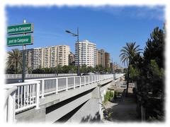 El puente de Campanar fue construido entre 1932 y 1937, une dos Avenidas, la de Pérez Galdós y la de la Avenida del Maestro Rodrigo.