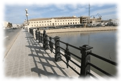 El puente de Nazaret o de los Astilleros en Valencia, es parte de dicho poblado, llegando al Puerto entre los astilleros y la Comandancia de Marina
