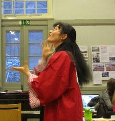 Man sieht unserer Chorleiterin Saiko Yoshida-Mengk die Freude am Dirigieren direkt an,