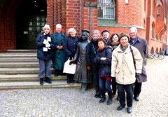Die Chormitglieder fraternisieren mit dem Hauptmann von Köpenick am Köpenicker Rathaus