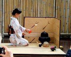 ...die auch noch von unserem Mitglied Kazuko Wiesmüller in die Kunst der Teezeremonie eingeführt wird