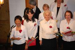 Unsere Organisationsleiterin, Frau Dr. Terue Mizonobe-Schulze (l.) führt wie gewohnt durch das Konzert