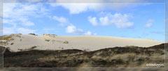 Vorbei an einer riesigen Sanddüne.