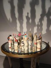 Les demoiselles mondiales,  (Installation)  Kleiner runder Tisch, von mir gestaltet, runder Spiegel, mehrere Parfum-Flacons beklebt mit Ausschnitten aus internationalen Printmedien, dekoriert mit Modeschmuck