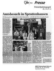 Kieler Nachrichten, 14.07.2011 - Amtsbesuch in Sprottenhausen - OB Albig trug sich ins goldene Buch der Kinderstadt ein