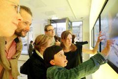 Kleine Forscher an den Touchscreens der Max Planck Science Gallery