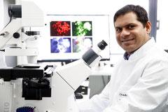 Wissenschaftler der Charité am Fluoreszenzmikroskop