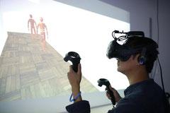 Forscher  beim Experiment mit virtueller Realität