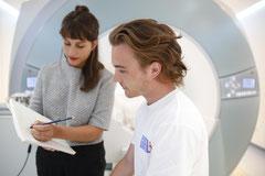 Proband beim Aufklärungsgespräch zur MRT-Untersuchung