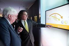 Nobelpreisträger Gerhard Ertl im Gespräch mit einem Science Gallery Mitarbeiter