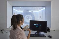 Forscherin leitet eine MRT-Untersuchung