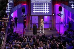 """Das Publikum macht begeistert mit beim Science Slam zum Thema """"Gehirn"""""""