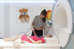 Junge Probandin bei der Einführung zur MRT-Untersuchung