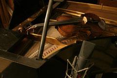 Flügel mit Violine und Neumann U 89 (Foto: Johannes Scherzer)