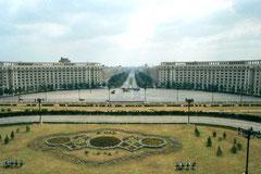 Le boulevard Uniiri, en face du palais