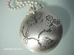 Medaillon (Gr. M) -  aussen mit Schmetterling&Blumen (bitte Motive beim Bestellen mit angeben!)